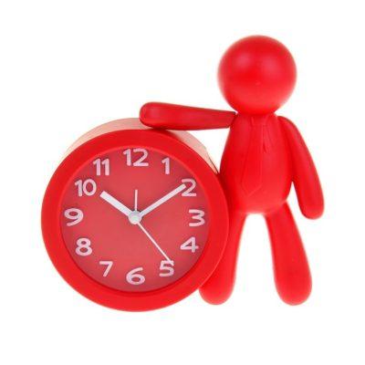 Часы настольные фигурка человека рядом с циферблатом (1199213)